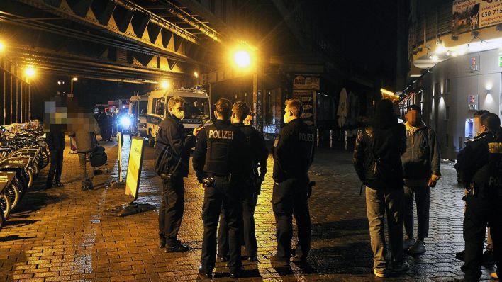 Berlin-Mitte-Frau-attackiert-Passanten-am-Hackeschen-Markt-mit-abgebrochener-Flasche