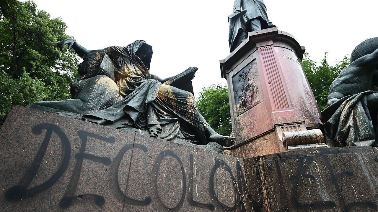 «Decolonize» ist auf das mit Farbe beschmierte Bismarck-Nationaldenkmal in Berlin gesprüht. (Quelle: dpa/Sven Braun)