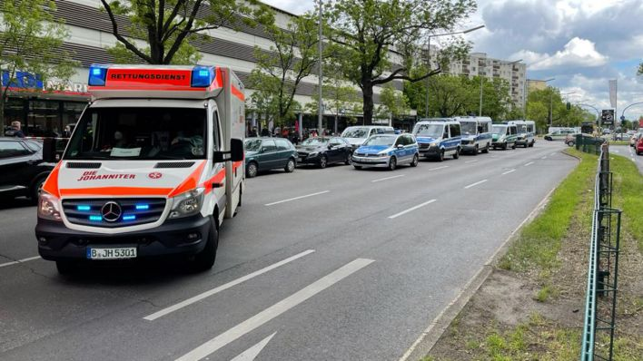 В Gropiuspassagen в Берлине-Нойкёльне 25 мая 2021 года состоится крупная полицейская операция из-за ограбления денежного транспортера Deutsche Bank.  (Источник: Моррис Падвелл)