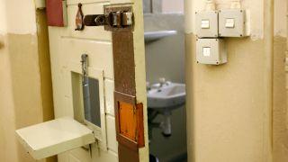 """Zellentür mit Durchreiche, ehemaliges Gefängnis der Staatssicherheit der DDR in der Lindenstraße, genannt """"Lindenhotel"""", heute Gedenkstätte (Quelle: dpa/Helmut Baar)"""