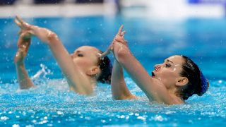 Synchronschwimmerinnen Michelle Zimmer und Marlene Bojer präsentieren ihre Kür bei der EM in Budapest (Quelle: picture alliance / BEAUTIFUL SPORTS/Orangepictures)