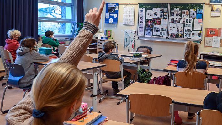 Symbolbild: SchülerInnen einer Grundschule sitzen während des Unterrichts in einem Klassenraum. (Quelle: dpa/P. Pleul)