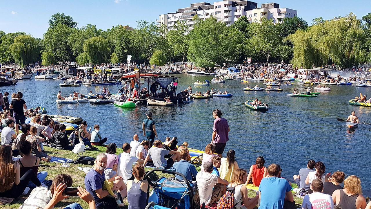 """Archivbild: Viele Menschen demonstrieren am 31.05.2020 unter dem Motto """"Ravekultur retten"""" auf dem Landwehrkanal (Bild: imago images)"""