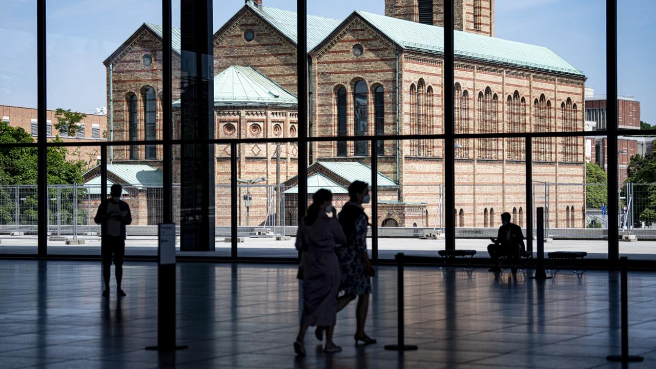 Besucher gehen zu den Tagen der offenen Tür durch die Neue Nationalgalerie. Den ikonischen Bau schuf Architekt Ludwig Mies van der Rohe. (Quelle: dpa/Fabian Sommer)