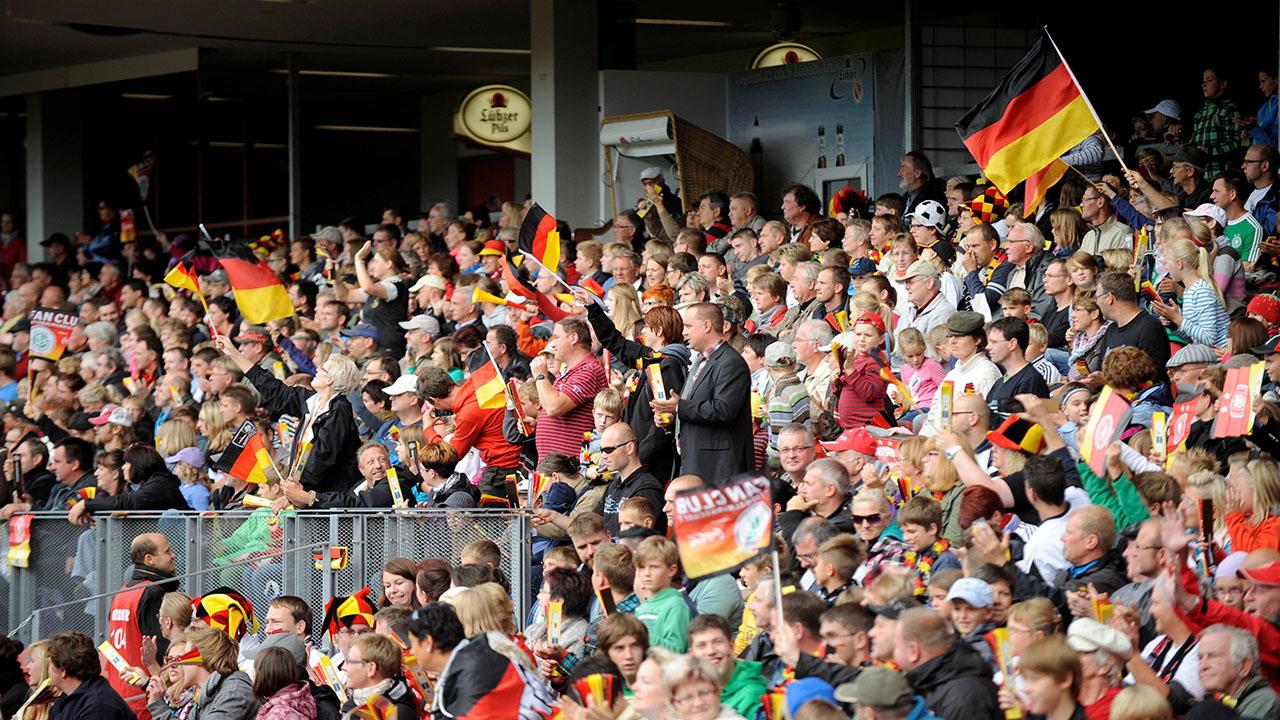 Fußball-Fans beim WM-Qualifikationsspiel der DFB-Frauen in Cottbus am 21.09.2013 (Quelle:imago/Johannes Koziol)