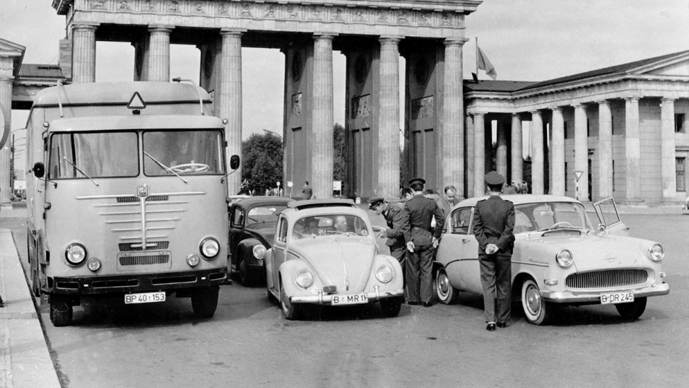 Kontrollen nach Abriegelung der Sektorengrenzen am Brandenburger Tor am 13.08.1961. (Quelle: dpa)