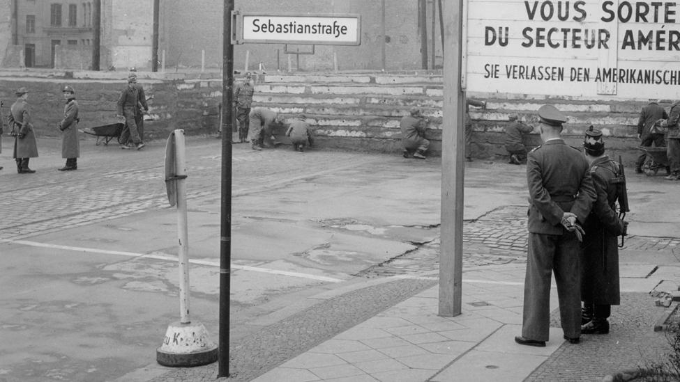 August 1961 Mauerbau am Sektoren-Übergang Heinirch-Heine-Straße an der Ecke Sebastianstraße. (Quelle: dpa/Gert Schuetz)