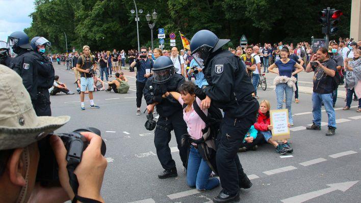 Polizei zählt fast 1.000 Festnahmen und mehr als 60 verletzte Beamte   rbb24