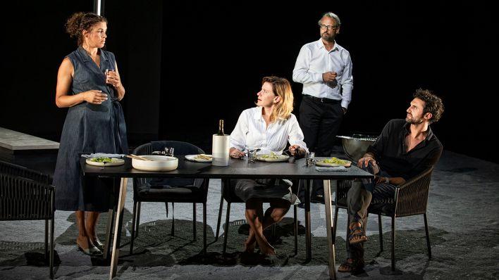 """Theaterkritik   """"Ödipus"""" an der Berliner Schaubühne: Radikale Neuschreibung ohne antike Wucht"""