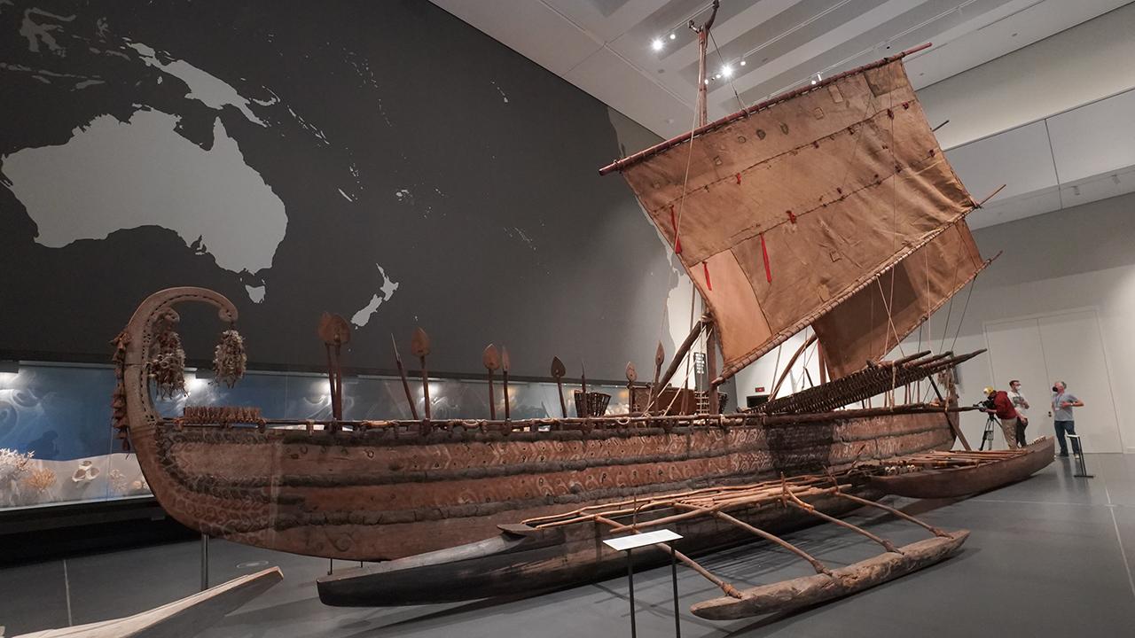 Ein Hochsee-Segelboot aus dem Jahr 1895 von der Insel Luf ist am 20.09.2021 im Humboldt Forum ausgestellt. (Quelle: dpa/Jörg Carstensen)