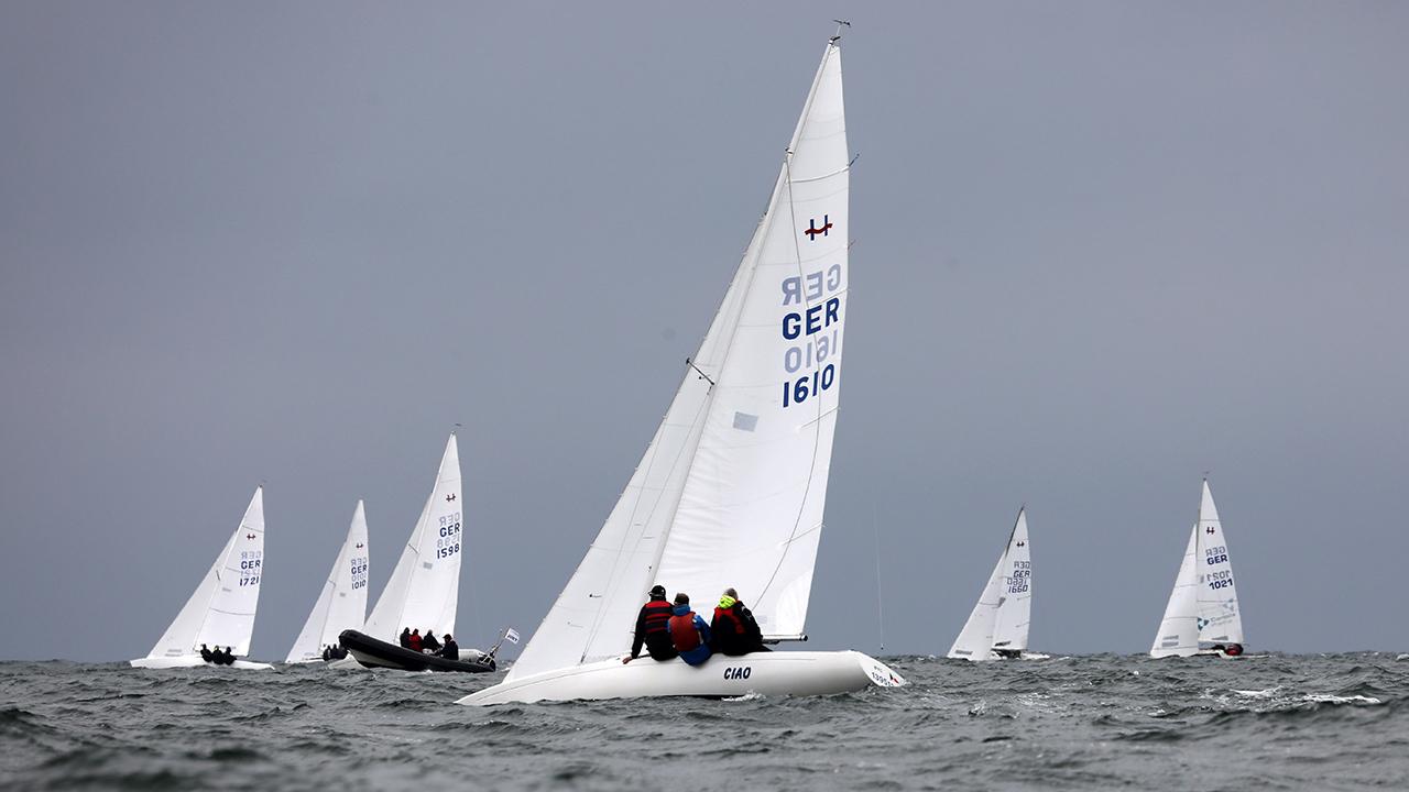 Symbolbild: Boote der H-Klasse auf einer Regatta (Quelle: dpa/Bernd Wüstneck)