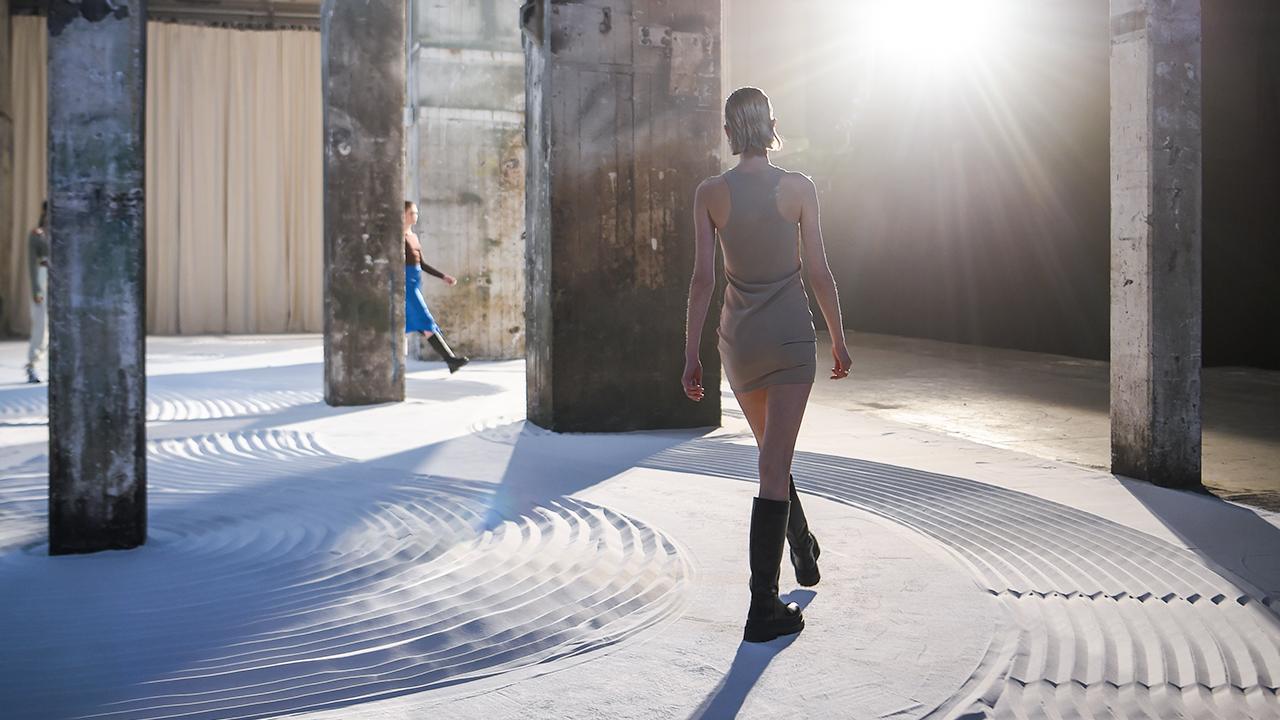 Archivbild: Models laufen während der Berliner Modewoche im Januar 2021 im Kraftwerk Berlin (Bild: dpa/Kira Hofmann)