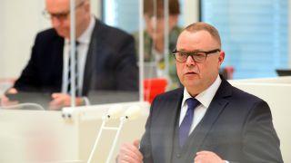 Archivbild: Michael Stübgen (r, CDU), Brandenburgs Minister des Innern, spricht auf der Landtagssitzung. (Quelle: Soeren Stache/dpa)