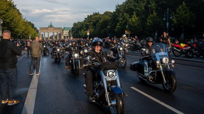 Bei einem Motorradkorso fahren Teilnehmer auf Motorrädern auf der Straße des 17. Juni vor dem Brandenburger Tor (Christophe Gateau/dpa)