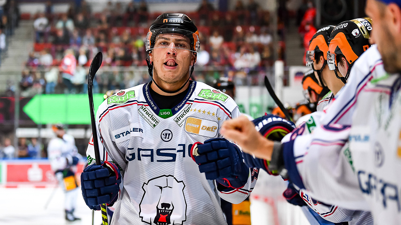 Leonhard Pföderl von den Eisbären beim Spiel in Iserlohn (imago images/Jonas Brockmann)