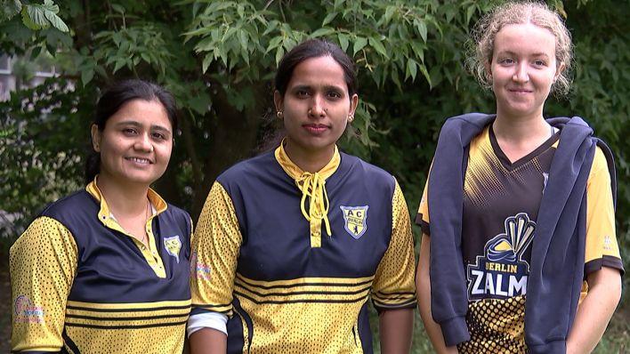 Madhvi Tiwari, Afshan Bi und Hannah Page (von links) in ihren Cricket-Trikots. Bild: rbb