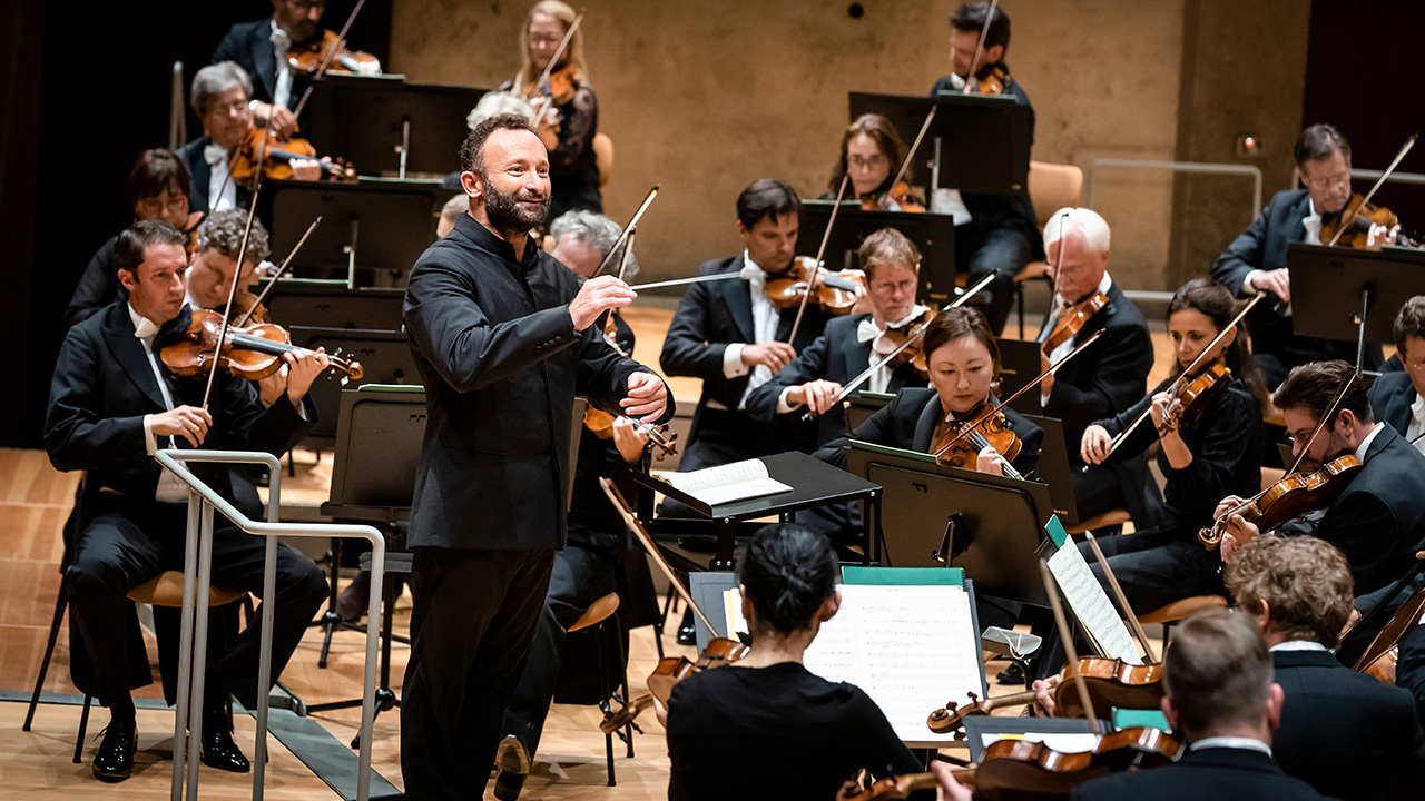 Kirill Petrenko dirigiert das Orchester in der Berliner Philharmonie (Bild: Berliner Philharmoniker/Stephan Rabold)