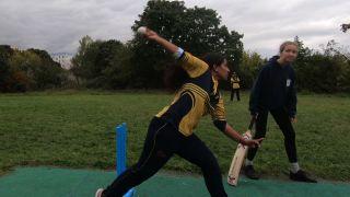 Afshan Bi wirft den Cricket Ball mit der besonderen Technik. Bild: rbb