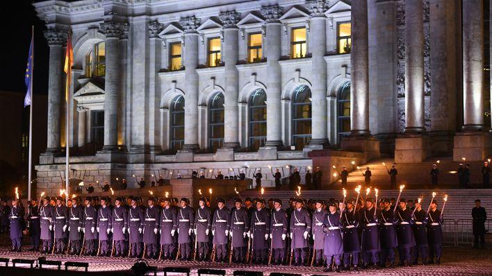 Soldaten nehmen an dem Großen Zapfenstreich in Berlin teil, um den Afghanistan-Einsatz der Bundeswehr zu würdigen (Bild: dpa/Christophe Gateau)