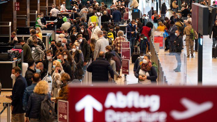 Video   Voller Flughafen: BER besser auf Passagier-Andrang vorbereitet