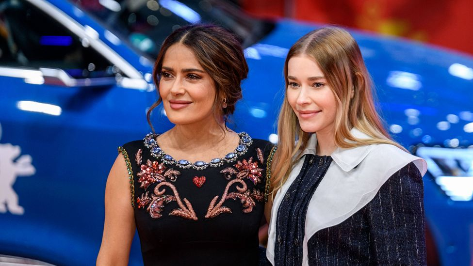 Schauspielerin Salma Hayek und Schauspielerin Milena Tscharntke während der Premiere des Films The Roads Not Taken der 70. Internationalen Filmfestspiele Berlin. (Quelle: imago images/F.Boillot )