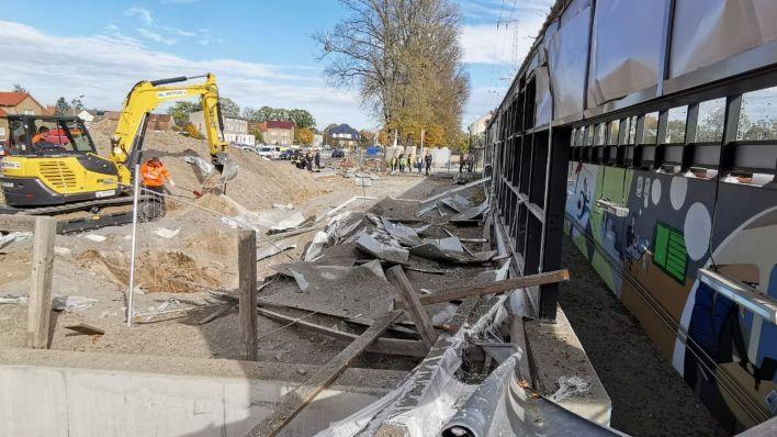 Aufräumarbeiten am Bahnhof Ruhland nach der Bombensprengung (Bild: Philipp Manske/rbb)