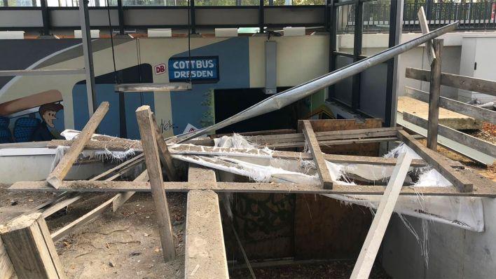 Schäden am Bahnhof Ruhland nach der Bombensprengung (Bild: Marcel Engelmann/rbb)