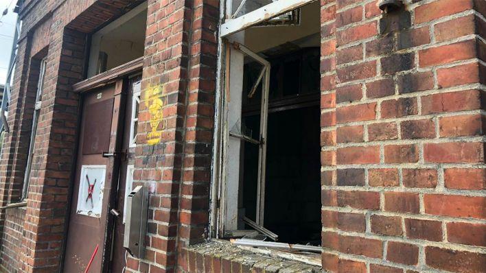 Schäden am Bahnhofsgebäude Ruhland nach der Bombensprengung (Bild: Marcel Engelmann/rbb)