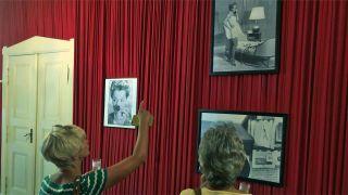Besucher schauen auf Fotos im Romy Schneider Museum (Foto: rbb/Jahn)