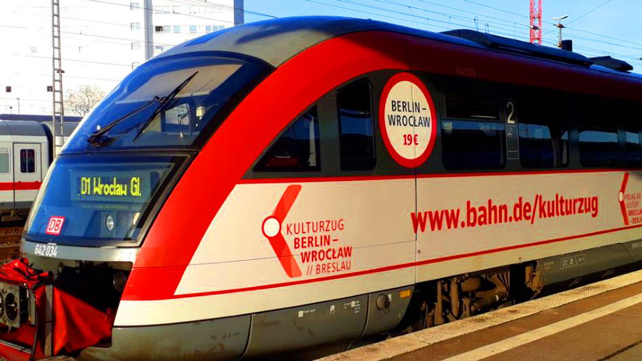 Zug steht am Bahnsteig (Quelle: DB Regio Nordost)