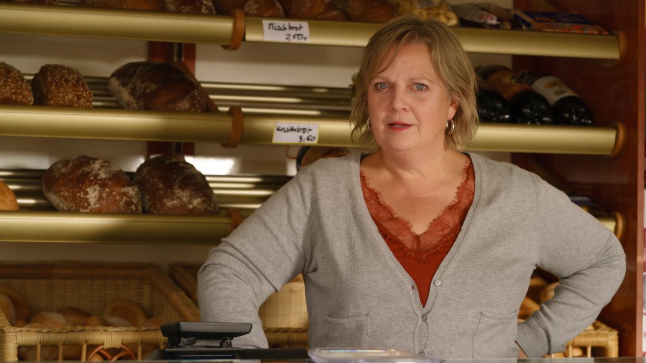 Tina (Gabriela Maria Schmeide) in ihrem Bäckermobil (Bild: rbb/Stefan Erhard)
